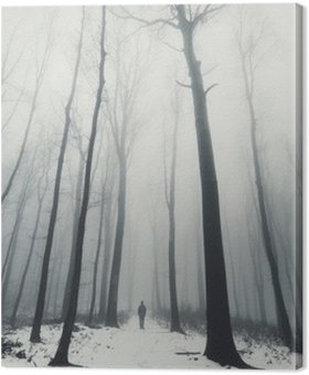 Cuadro en Lienzo El hombre en el bosque con árboles altos en invierno