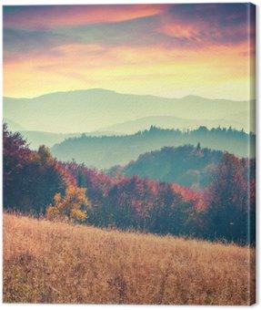 Cuadro en Lienzo La salida del sol de otoño de colores en las montañas de los Cárpatos