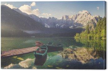 Cuadro en Lienzo Lago alpino de madrugada, montañas muy bien iluminadas, colores retro, vintage__