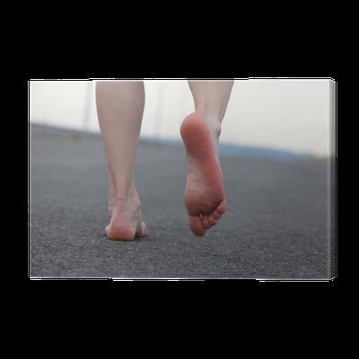 Cuadro en lienzo primer plano de los pies descalzos del - Cuadros de pies ...