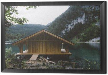 Cuadro Enmarcado Casa de madera en el lago con las montañas y los árboles
