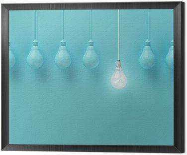 Cuadro Enmarcado Colgar las bombillas con una brillante idea diferente sobre fondo azul claro, la idea Mínimo concepto, en plano, la parte superior