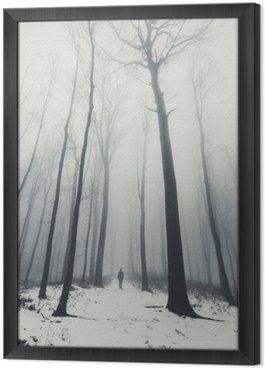 Cuadro Enmarcado El hombre en el bosque con árboles altos en invierno