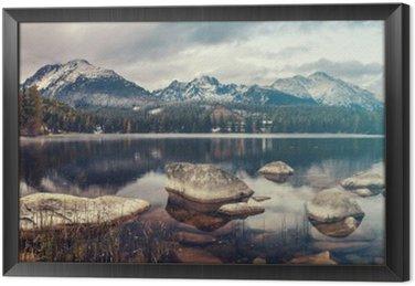 Cuadro Enmarcado Hermosa mañana de otoño sobre un lago de montaña Strbske Pleso, colores retro, vintage