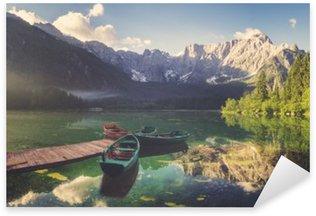 Pixerstick till Allt Alpin sjö i gryningen, vackert upplysta berg, retro färger, vintage__