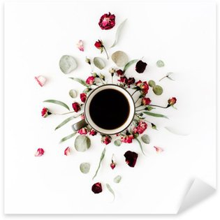 Pixerstick till Allt Svart kaffe koppar och röda rosenknoppar bukett med eukalyptus på vit bakgrund. platt låg, ovanifrån