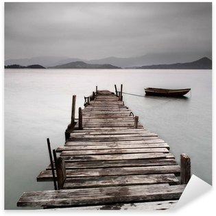 Pixerstick till Allt Tittar över en brygga och en båt, låg mättnad