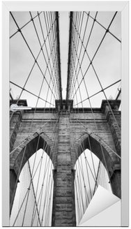 Deursticker Brooklyn Bridge New York City close-up architecturaal detail in tijdloos zwart en wit