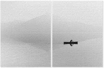 Diptyk Dimma över sjön. Siluett av bergen i bakgrunden. Mannen flyter i en båt med en paddel. Svartvitt