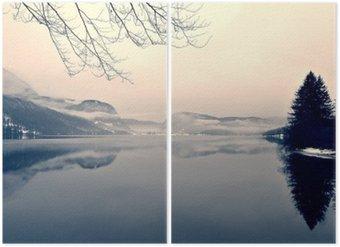 Diptyk Snöiga vinterlandskapet på sjön i svart och vitt. Svartvit bild filtreras i retro, vintage-stil med mjukt fokus, rött filter och vissa buller; nostalgiska begreppet vinter. Lake Bohinj, Slovenien.