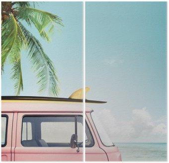 Vintage bil parkeret på den tropiske strand (seaside) med et surfbræt på taget Diptykon