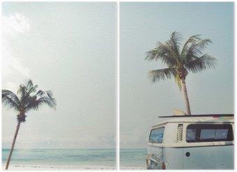 Diptyque Vintage voiture stationnée sur la plage tropicale (bord de mer) avec une planche de surf sur le toit - voyage de loisirs en été