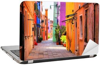 Dizüstü Bilgisayar Çıkartması Venedik, İtalya yakınlarındaki Burano, renkli sokak