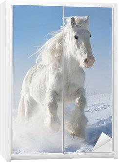 Dolap Çıkartması Beyaz at kışın dörtnala çalışır