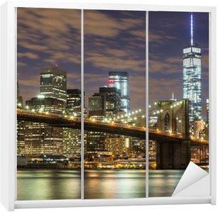 Dolap Çıkartması Dusk New York'ta Brooklyn Köprüsü ve Downtown Gökdelenler