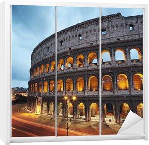 Dolap Çıkartması Geceleri coliseum. Roma, İtalya