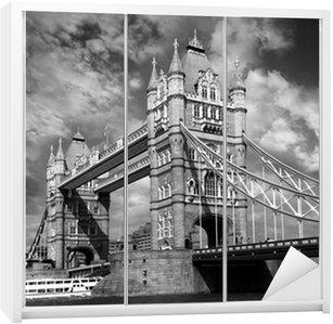 Dolap Çıkartması Londra, İngiltere'de siyah ve beyaz tarzı Tower Bridge