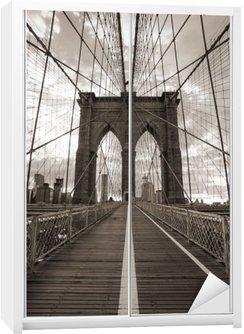 Dolap Çıkartması New York'ta Brooklyn Köprüsü. Sepya tonu.