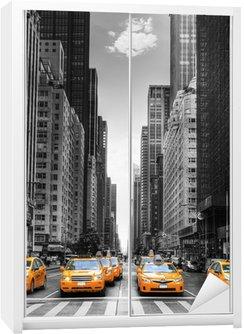 Dolap Çıkartması New York'ta taksi ile cadde.