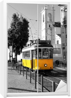Dolap Çıkartması Siyah ve beyaz arka plan üzerinde Lizbon eski sarı tramvay