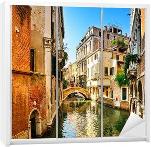 Dolap Çıkartması Venedik Cityscape, binalar, su kanalı ve köprü. İtalya