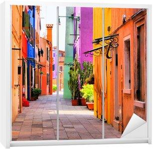 Dolap Çıkartması Venedik, İtalya yakınlarındaki Burano, renkli sokak