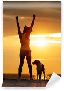 Vinil Duvar Resmi Başarılı spor kadın ve köpek