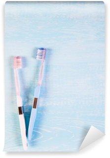Vinil Duvar Resmi İki hafif bir arka plan üzerinde diş fırçası ve papatya çiçekleri. sağlık için doğal kozmetik kavramı. Beni. Yukarıdaki manzara