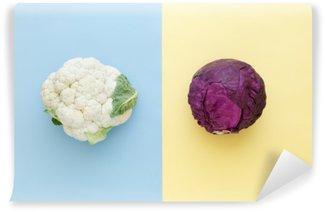 Vinil Duvar Resmi Karnabahar ve parlak bir renk zemin üzerine kırmızı lahana. Mevsim sebzeleri az tarzı. Minimal tarzda Gıda.