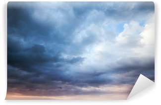 Vinil Duvar Resmi Koyu mavi fırtınalı bulutlu gökyüzü. Doğal fotoğraf arka plan