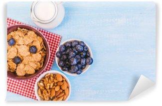 Vinil Duvar Resmi Sağlıklı bir kahvaltı, mısır gevreği yabanmersini ve süt, fındık, metin alanı close-up ile badem