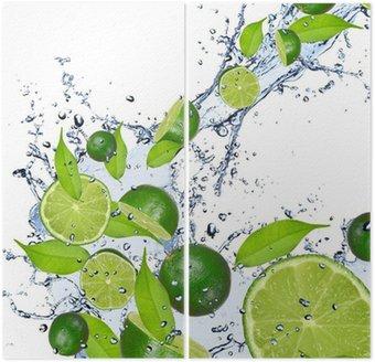 Limonki wchodzące w plusk wody, odizolowane na białym tle