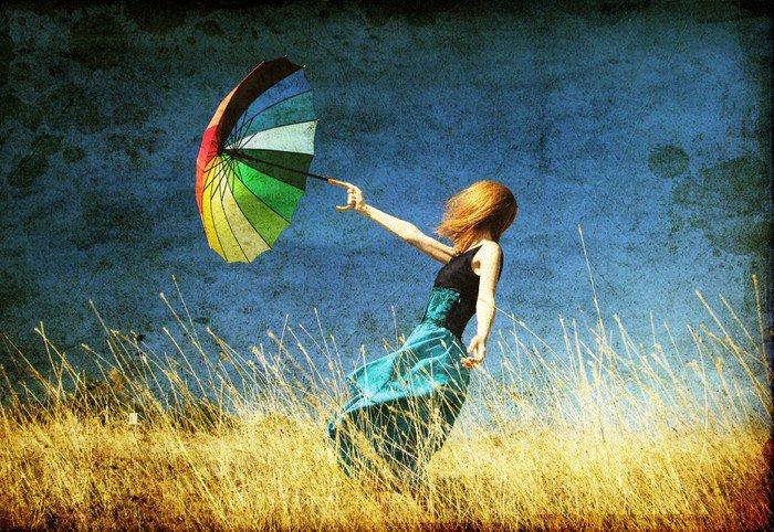 Obraz na Płótnie Dziewczyna Redhead z parasolem w wietrzny łąkowej. - Rolnictwo