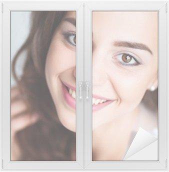 Fensteraufkleber Porträt der Frau mit perfekten Lächeln und weiße Zähne Blick in die Kamera lächelnd