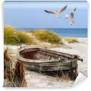 Vinyl Fotobehang Altes Fischerboot, Möwen, Strand und Meer