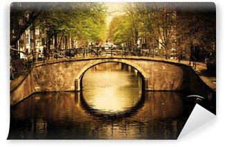Vinyl Fotobehang Amsterdam. Romantische brug over kanaal.