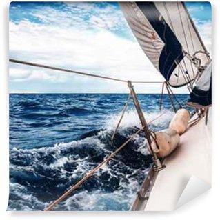 Vinyl Fotobehang De witte zeilen van jachten op de achtergrond van de zee en de lucht in de wolken
