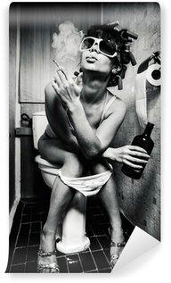 Vinyl Fotobehang Meisje zit in een toilet