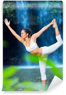 Vinyl Fotobehang Mooie Vrouw beoefenen van Yoga buiten in de natuur