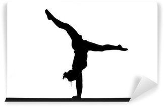 Vinyl Fotobehang Silhouet van vrouwelijke turnster doet handstand op evenwichtsbalk