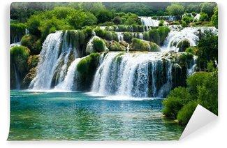 Vinyl Fotobehang Sprookjesachtige waterval omringd door groen
