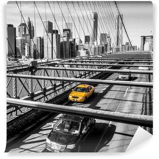 Vinyl Fotobehang Taxi oversteken van de Brooklyn Bridge in New York