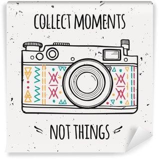 """Vinyl Fotobehang Vector illustratie met retro fotocamera en typografie uitdrukking """"Verzamel momenten geen dingen""""."""