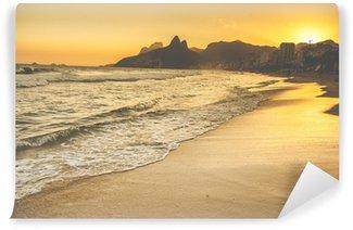 Vinyl Fotobehang Warme Zonsondergang op het strand van Ipanema met People, Rio de Janeiro, Brazilië