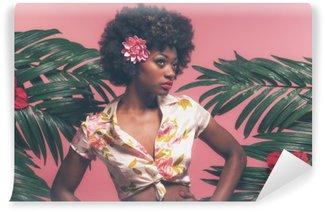 Fotomural de Vinil Afro-americana sensual Pin-up entre folhas de palmeira. Contra-de-rosa B