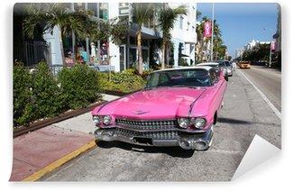 Fotomural Estándar Antiguo coche americano estacionado en Collins Avenue Miami Beach