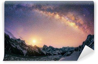 Fotomural Autoadhesivo La cúpula de la Vía Láctea bajo la cresta principal del Himalaya.