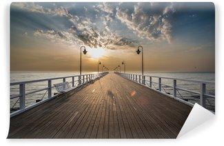 Fotomural Autoadhesivo Salida del sol en el muelle en la orilla del mar, Gdynia Orlowo,