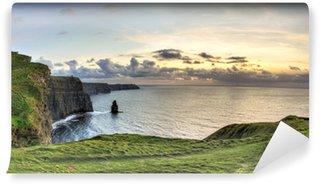 Fotomural Autoadhesivo Vista panorámica de los acantilados de Moher en la puesta del sol en Irlanda.