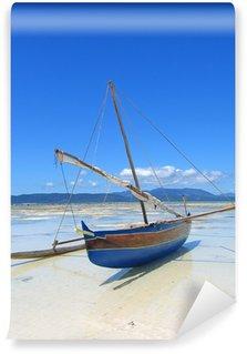 Fotomural Estándar Detalle de un pescador barco pone en una playa, Nosy Iranja